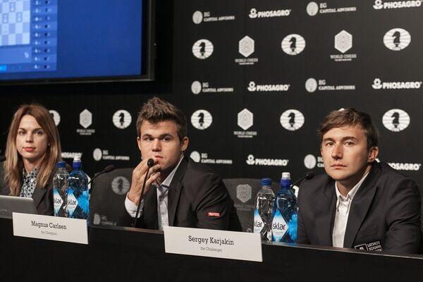 Сергей Карякин и Магнус Карлсен (справа налево) на пресс-конференции
