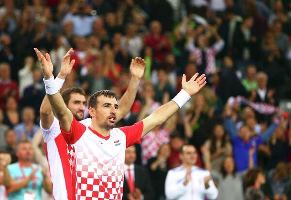 Иван Додиг и Марин Чилич (на заднем плане)
