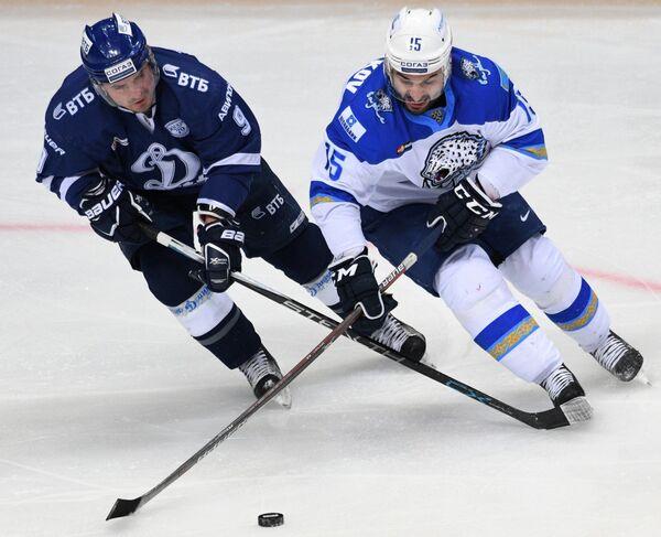 Нападающие Динамо Алексей Цветков (слева) и Барыса Максим Худяков