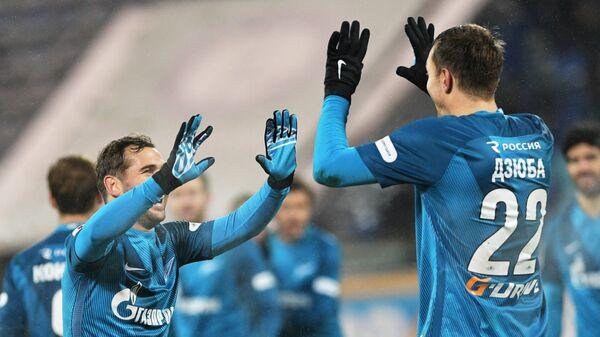 Игроки ФК Зенит Александр Кержаков (слева) и Артём Дзюба