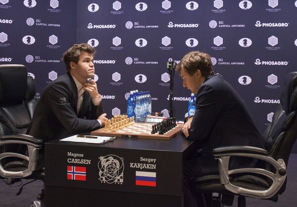 Гроссмейстер Сергей Карякин (Россия) и гроссмейстер Магнус Карлсен (Норвегия) (слева)