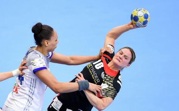Игровой момент матча женского чемпионата Европы по гандболу между командами Германии и Франции