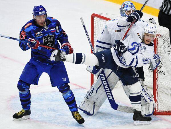 Нападающий СКА Илья Ковальчук, вратарь Динамо Александр Еременко и защитник Динамо Мэт Робинсон (слева направо)