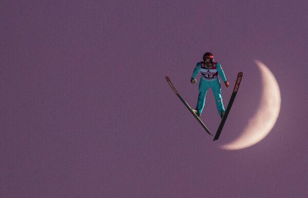 Французский летающий лыжник Венсан Дескомб Севуа на этапе Кубка мира по прыжкам на лыжах с трамплина в Германии