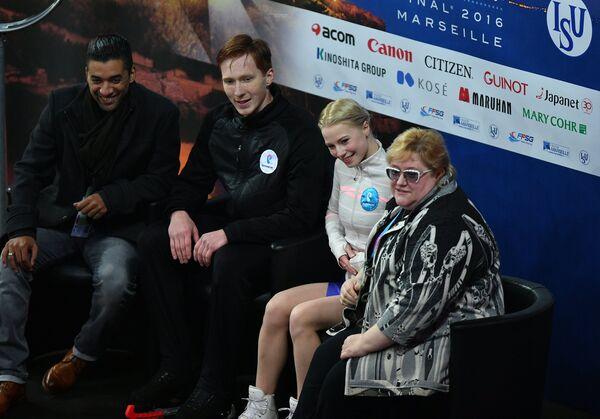 Евгения Тарасова и Владимир Морозов (Россия) с тренером Робином Шолковы (слева) и Ниной Мозер (справа)