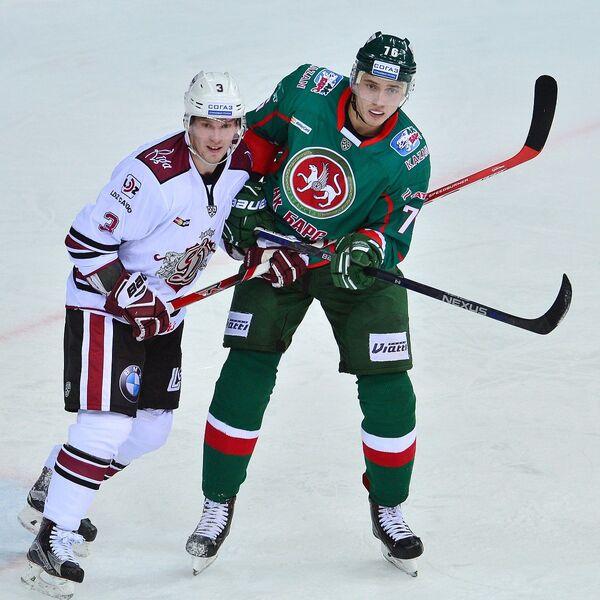 Защитник Динамо (Рига) Эрикс Шевченко и форвард Ак Барса Андрей Чибисов (слева направо)