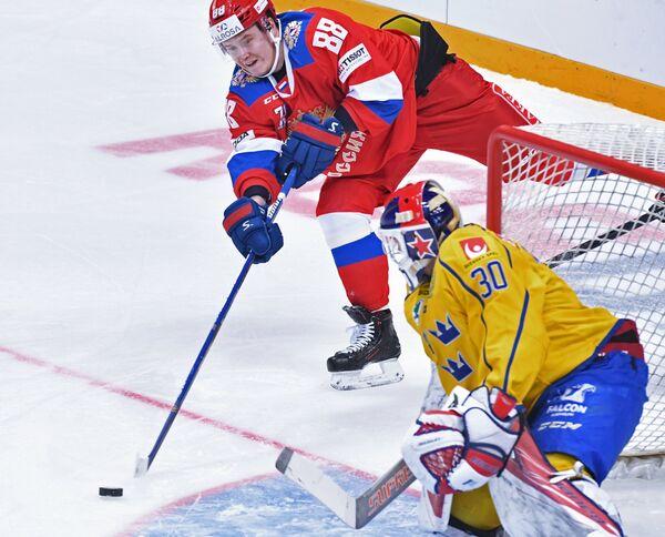 Форвард сборной России Сергей Шумаков (слева)