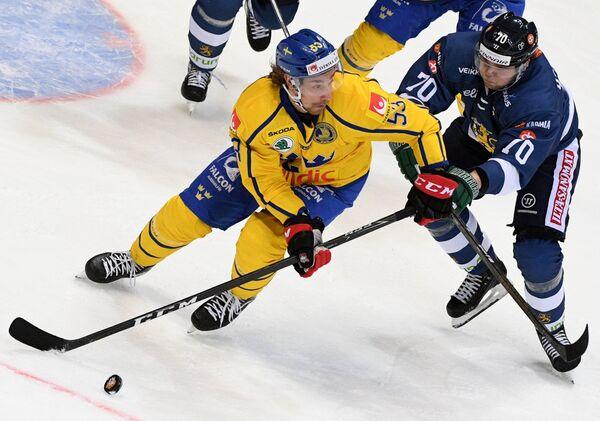 Нападающий сборной Швеции Андреас Турессон (слева) и форвард сборной Финляндии Теему Хартикайнен