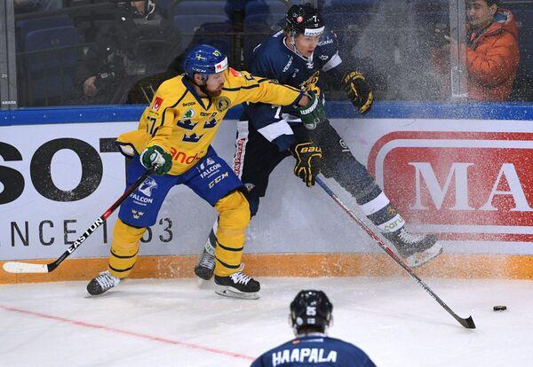 Форвард сборной Швеции Линус Умарк (слева) и защитник сборной Финляндии Нико Миккола