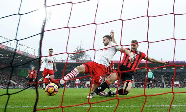 Нападающий Саутгемптона Джей Родригес (в центре) забивает гол