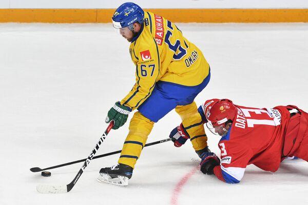 Форвард сборной Швеции Линус Умарк (слева) и нападающий сборной России Павел Дацюк