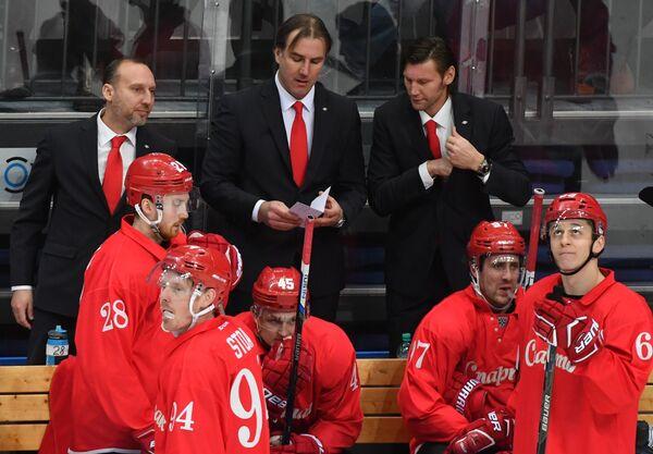 Алексей Ярушкин (слева на втором плане)