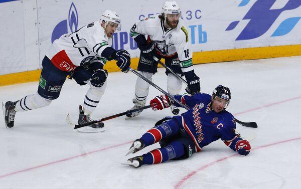 Игроки Медвешчака Шон Моррисонн и Вилле Лейно и игрок СКА Илья Ковальчук (слева направо)