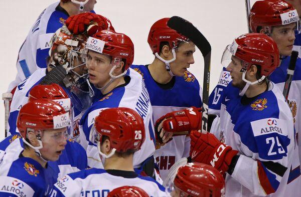 Хоккеисты сборной России Павел Карнаухов, Илья Самсонов и Артём Волков (в центре слева направо)