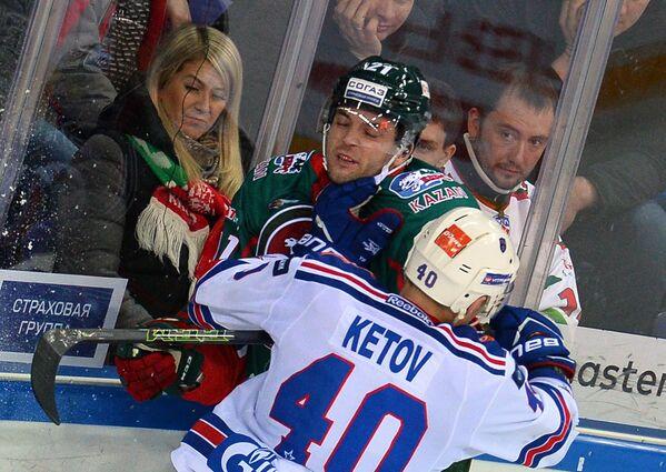 Защитник Ак Барса Стефан Эллиотт (на втором плане) и нападающий СКА Евгений Кетов
