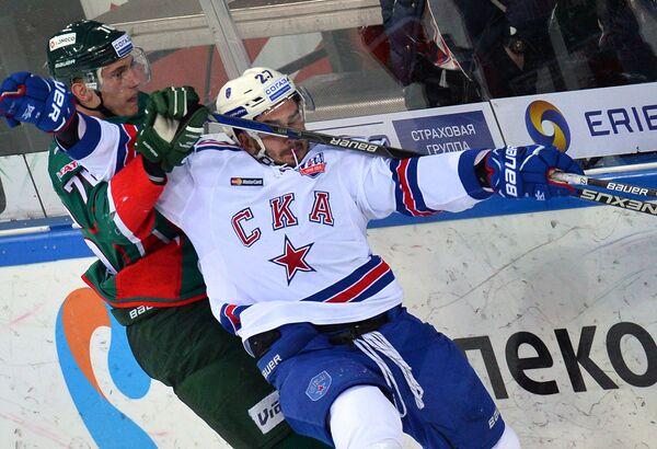 Форвард Ак Барса Андрей Чибисов (слева) и защитник СКА Вячеслав Войнов
