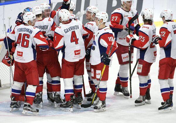 Хоккеисты Локомотива радуются победе