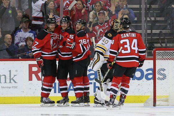 Защитник клуба НХЛ Нью-Джерси Девилз Сергей Калинин (второй слева)
