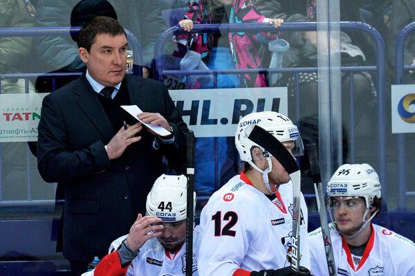 Главный тренер ХК Трактор Анвар Гатиятулин (слева)
