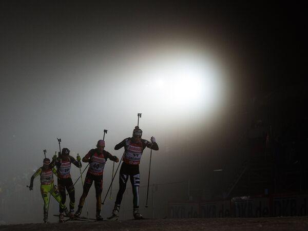 Спортсменки на дистанции в женской спринтерской гонке на четвертом этапе Кубка мира по биатлону в немецком Оберхофе