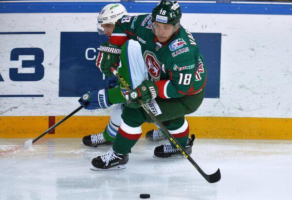 Форвард ХК Ак Барс Михаил Варнаков и нападающий ХК Салават Юлаев Денис Паршин (справа налево)