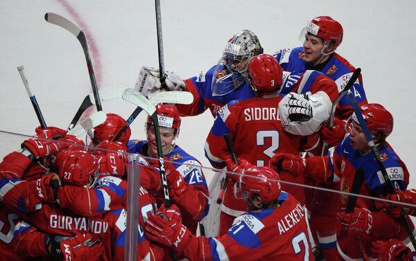 Хоккеисты молодежной сборной России радуются победе в матче за 3-е место чемпионата мира по хоккею