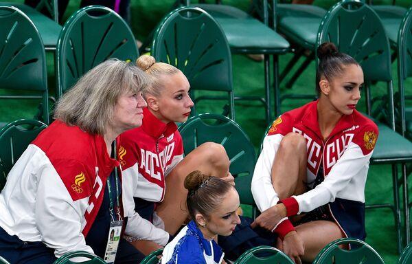 Российский тренер по художественной гимнастике Елена Карпушенко и российские гимнастки Яна Кудрявцева и Маргарита Мамун (слева направо на втором плане) во время ОИ-2016