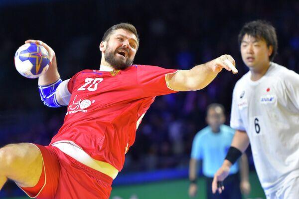 Линейный сборной России по гандболу Михаил Чипурин (слева) в матче против команды Японии