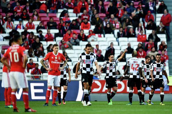 Футболисты Боавишти радуются забитому мячу Андре Шембри (в центре) в ворота Бенфики
