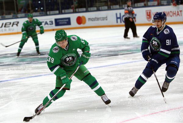 Нападающий сборной Востока Антон Ковалев (слева) и форвард сборной Запада Александр Ермаков