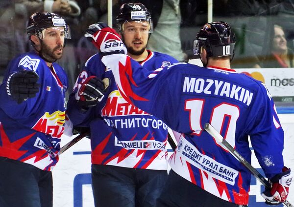 Игроки ХК Металлург (Магнитогорск) Сергей Мозякин, Ян Коварж и Крис Ли (справа налево)
