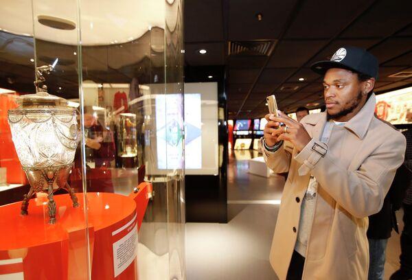 Новичок Спартака Луис Адриано во время экскурсии по музею клуба