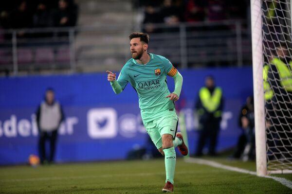 Нападающий Барселоны Лионель Месси радуется забитому мячу