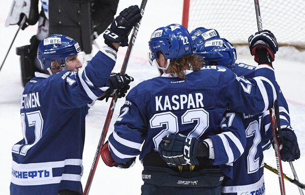 Хоккеисты Динамо радуются заброшенной шайб