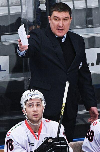 Главный тренер Трактора Анвар Гатиятулин (справа)