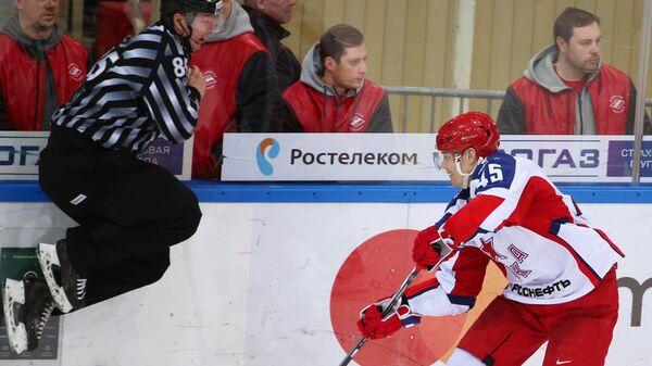 Защитник ЦСКА Александр Кутузов (справа)
