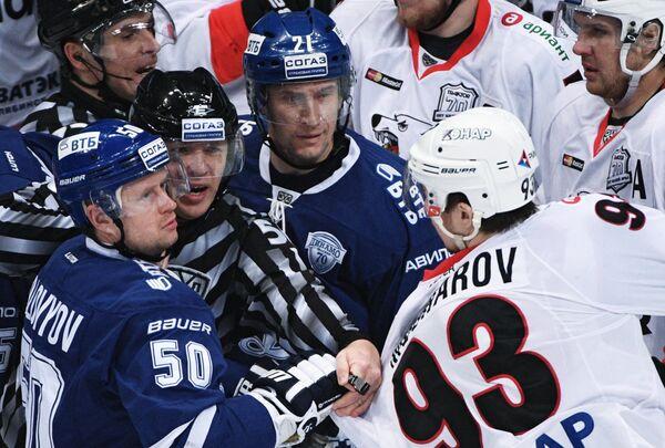 Хоккеисты Динамо Максим Соловьёв (слева), Константин Горовиков (в центре) и форвард Трактора Денис Мошаров (второй справа)