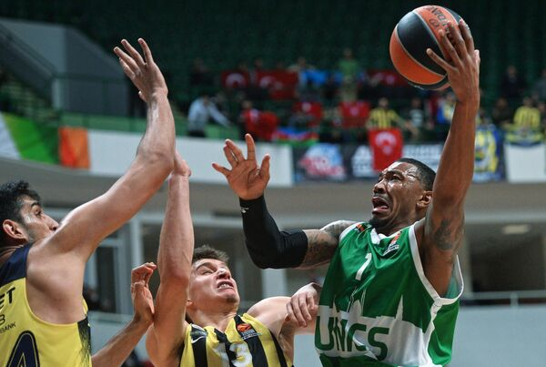 Защитник БК УНИКС Орландо Джонсон и баскетболисты Фенербахче Богдан Богданович, Ахмет Дювериоглу (справа налево)