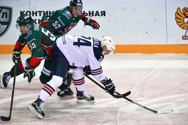 Хоккеисты Ак Барса Владимир Ткачёв, Атте Охтамаа и форвард Металлурга Томми Сантала (слева направо)