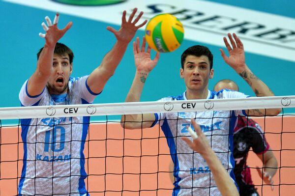 Волейболисты Зенит-Казань Артём Вольвич (слева) и Мэтью Андерсон