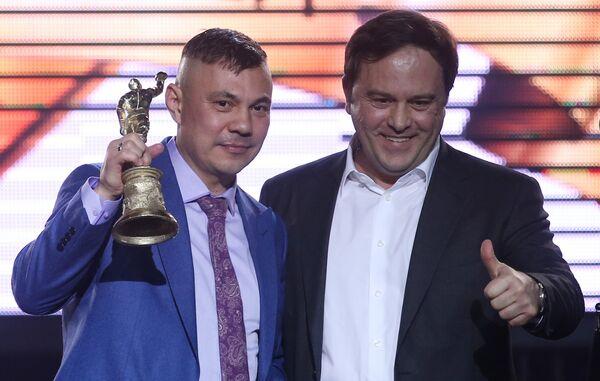Боксер Костя Цзю, получивший приз в номинации Звезда бокса (слева)
