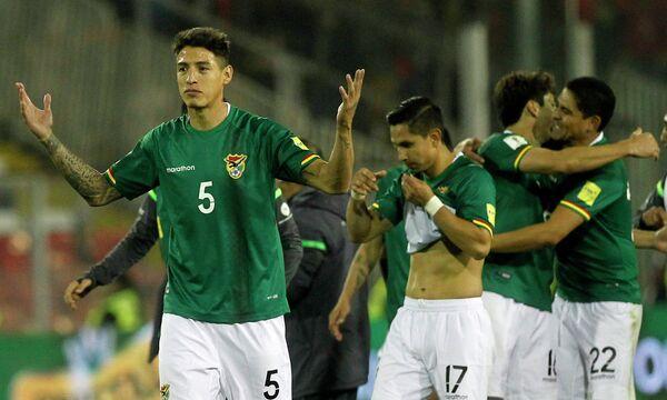 Защитник сборной Боливии по футболу Нельсон Кабрера (слева)