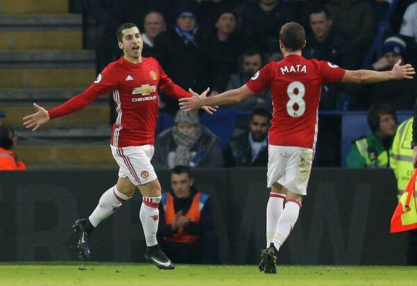 Полузащитники английского Манчестер Юнайтед Генрих Мхитарян и Хуан Мата (слева направо)