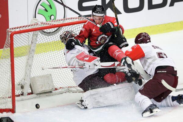 Игровой момент финала хоккейной Лиги чемпионов между шведской Фрёлундой и чешской Спартой