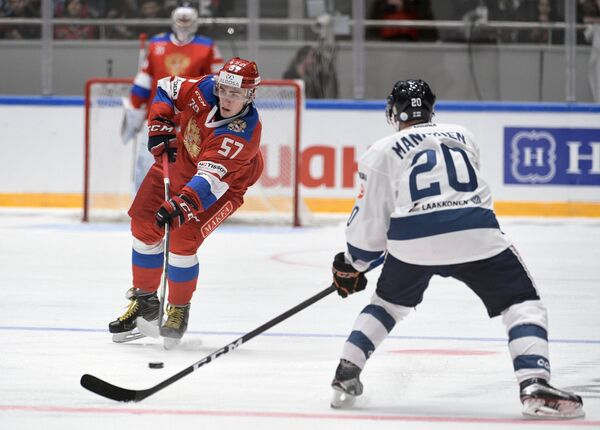 Защитник сборной России Егор Рыков (слева) и нападающий сборной Финляндии Сакари Маннинен