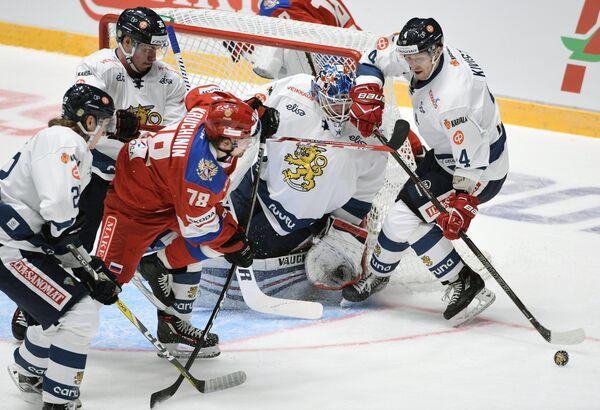 Форвард сборной России Алексей Кручинин (второй слева)