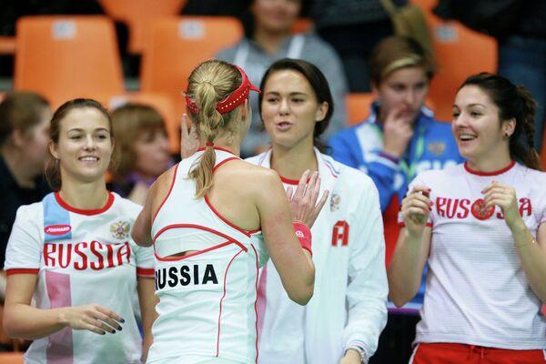 Российская команда поздравляет Екатерину Макарову (на первом плане)