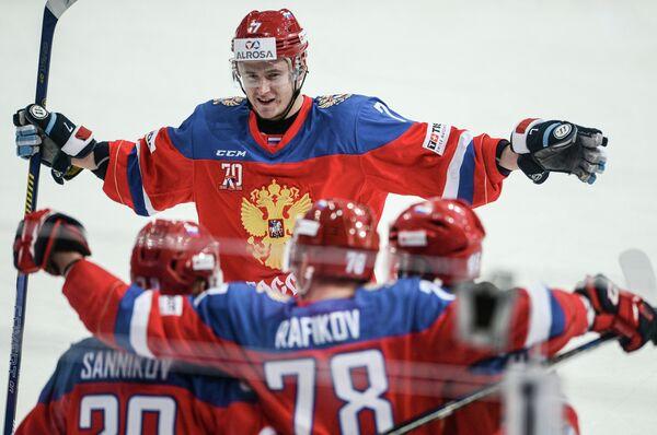 Сергей Шумаков (на втором плане)