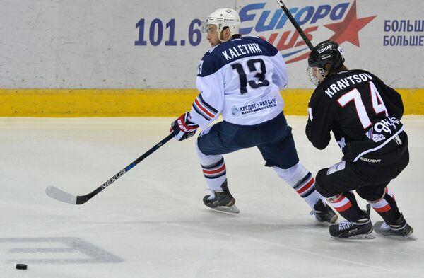 Форвард Металлурга Владислав Калетник (слева) и нападающий Трактора Виталий Кравцов