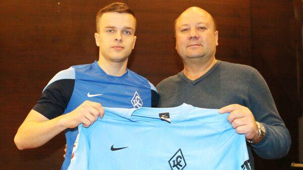 Новичок ФК Крылья Советов Павел Кудряшов (слева)